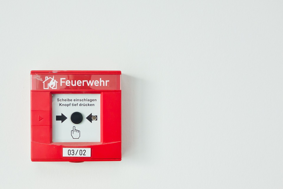 Jaká bezpečnostní opatření ohlásí vzniklý požár na pracovišti či v budově?
